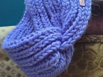 Opaska na drutach lub czapka na szydełku